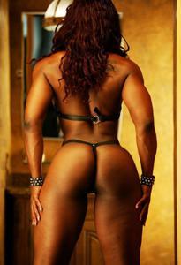 Мускулистая негритоска в кожаных ремнях - фото #2