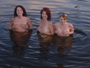 Подружки в отпуске топлесс - фото #14