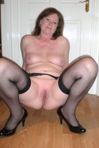 Зрелая женщина в нижнем белье и без белья - фото #23