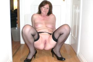 Зрелая женщина в нижнем белье и без белья - фото #25