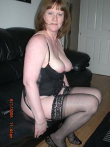 Зрелая женщина в нижнем белье и без белья - фото #3