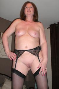 Зрелая женщина в нижнем белье и без белья