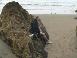 Светит пиздой в непогоду на пляже - фото #12