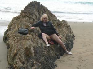 Светит пиздой в непогоду на пляже - фото #13