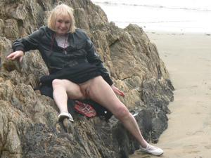 Светит пиздой в непогоду на пляже - фото #14