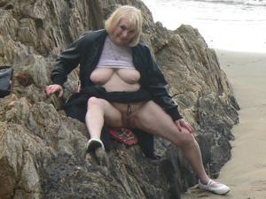 Светит пиздой в непогоду на пляже - фото #25