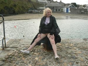 Светит пиздой в непогоду на пляже - фото #7