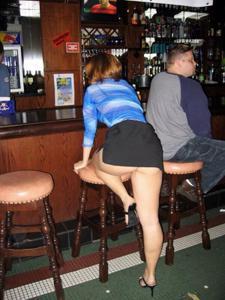 Женские попки под юбкой - фото #10