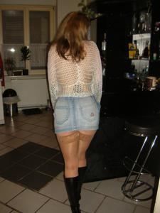 Женские попки под юбкой - фото #108
