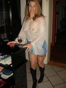 Женские попки под юбкой - фото #109