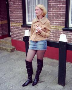 Женские попки под юбкой - фото #114