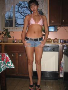 Женские попки под юбкой - фото #118