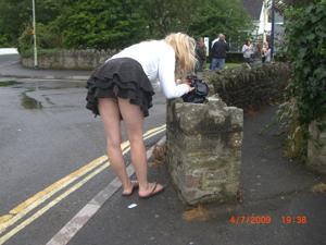 Женские попки под юбкой - фото #12