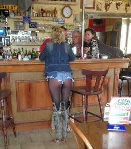 Женские попки под юбкой - фото #15