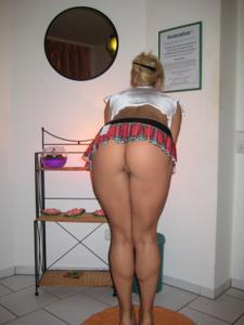 Женские попки под юбкой - фото #2