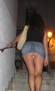 Женские попки под юбкой - фото #23