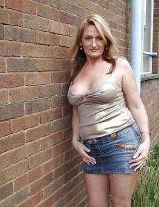 Женские попки под юбкой - фото #24