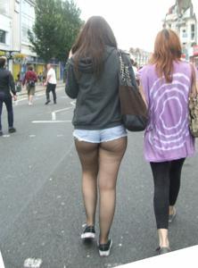 Женские попки под юбкой - фото #32