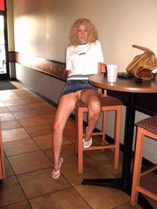 Женские попки под юбкой - фото #33