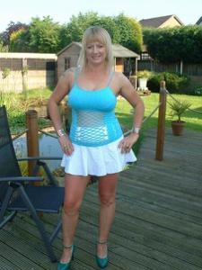 Женские попки под юбкой - фото #37