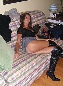 Женские попки под юбкой - фото #40