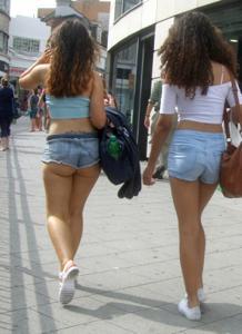 Женские попки под юбкой - фото #5