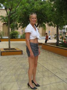 Женские попки под юбкой - фото #52