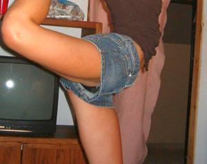 Женские попки под юбкой - фото #59