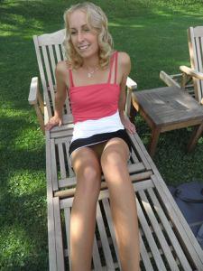Женские попки под юбкой - фото #61