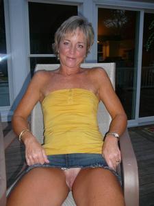Женские попки под юбкой - фото #68