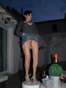 Женские попки под юбкой - фото #71