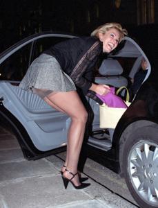 Женские попки под юбкой - фото #74