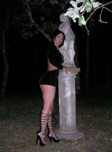Женские попки под юбкой - фото #78