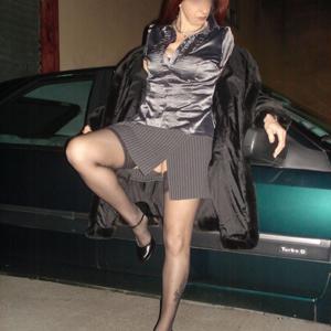 Женские попки под юбкой - фото #79