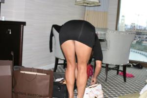 Женские попки под юбкой - фото #87