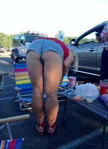 Женские попки под юбкой - фото #97