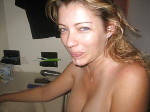 Стройная женушка берет в рот у мужа на домашнюю фотокамеру - фото #16