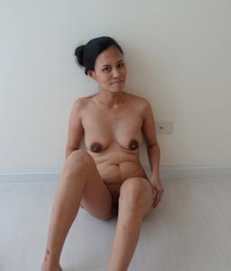 Азиатка с черными сосками
