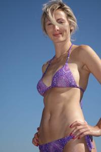 Длинноногая блондинка на пляже и не только - фото #10