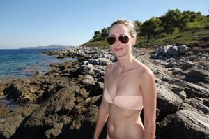 Длинноногая блондинка на пляже и не только - фото #15