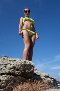 Длинноногая блондинка на пляже и не только - фото #18