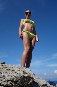 Длинноногая блондинка на пляже и не только - фото #19