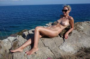 Длинноногая блондинка на пляже и не только - фото #20