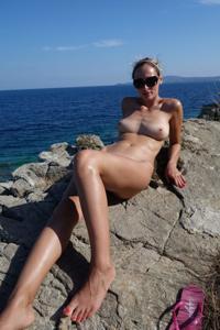 Длинноногая блондинка на пляже и не только - фото #21