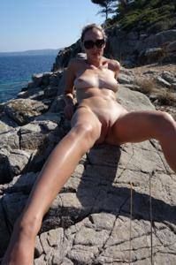 Длинноногая блондинка на пляже и не только