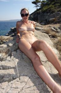 Длинноногая блондинка на пляже и не только - фото #23