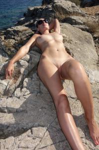 Длинноногая блондинка на пляже и не только - фото #24
