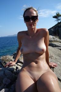 Длинноногая блондинка на пляже и не только - фото #28