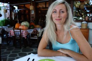 Длинноногая блондинка на пляже и не только - фото #30
