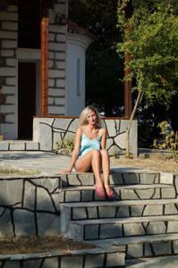 Длинноногая блондинка на пляже и не только - фото #34